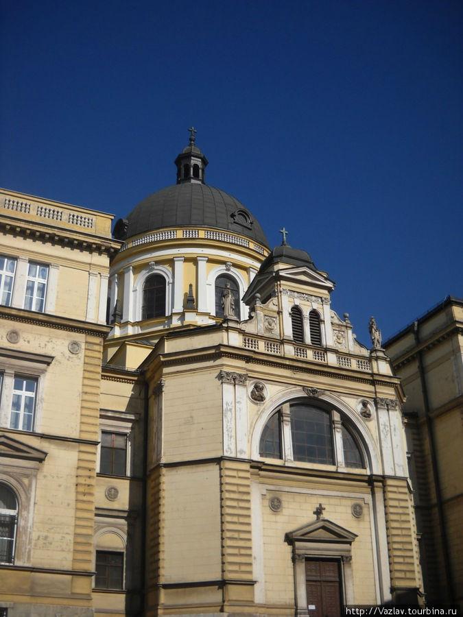 Фасад собора сливается с соседними зданиями