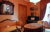 Центральное место в квартире занимает гостиная. Сотрудниками музея мастерски воссоздана атмосфера советской гостиной 20-30-х годов ХХ века.