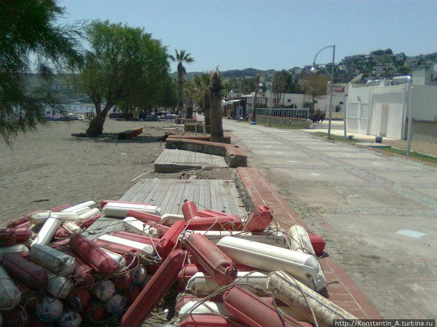 сезон только начался (фото от 25 апреля 2012), пляжи еще готовят