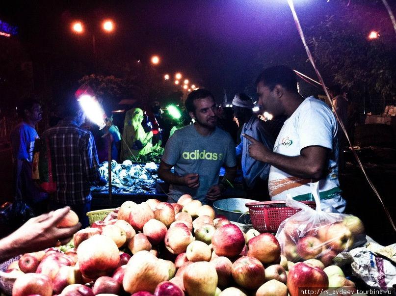 Антон покупает на рынке фрукты