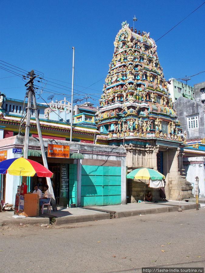 Находится кофейный магазинчик при южно-индийском храме Вишну