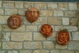 Керамика на стене дома в районе художников