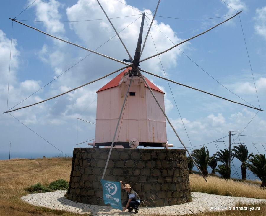 Ветряная мельница — символ Порту-Санту и Антон с флагом.