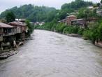 Кутаи́си (груз. ქუთაისი), до сталинских времён Кутаис — город в западной Грузии.  Расположен по обоим берегам реки Риони на высоте 125—300 м над уровнем моря. Население 192,5 тыс. человек [3]. Аэропорт Копитнари расположен в 14 км от города. Расстояние до Тбилиси по железной дороге — 220 км.Материал Википедии