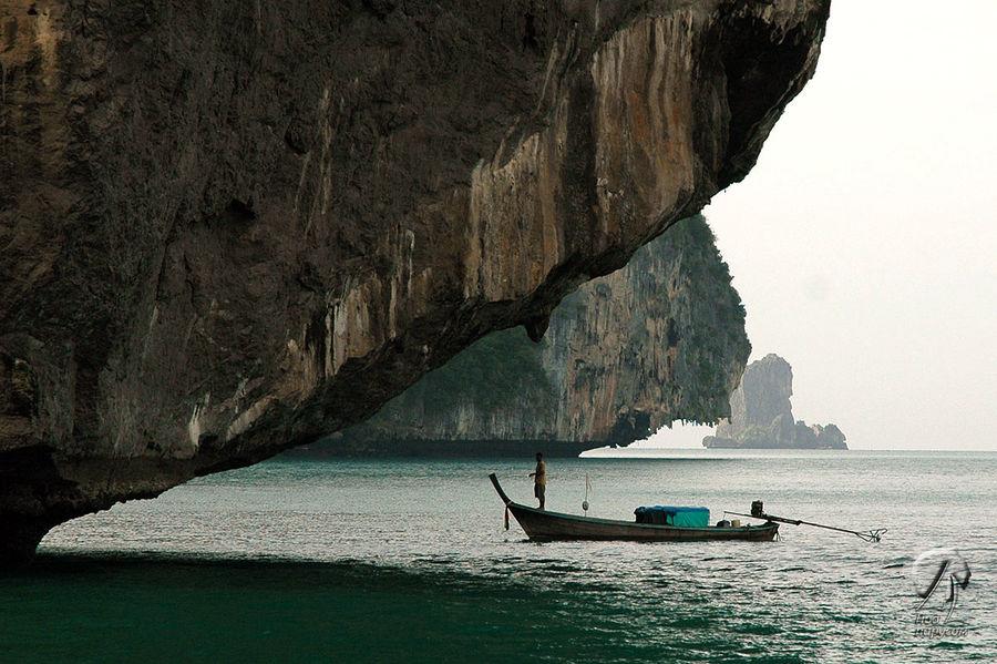 Соседние острова сильно подмыты у поверхности воды. В общем, традиционный тайский пейзаж, дополненный рыбаками.