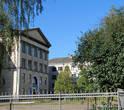 Напротив костела — большая добротная школа. Сооружение начала XX века.