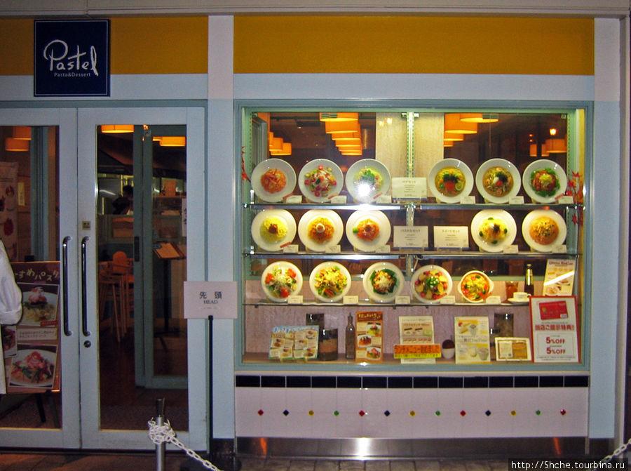 Что бы легче заказывать иностранцам, в витрине ресторанов выставляются пластиковые муляжи блюд.