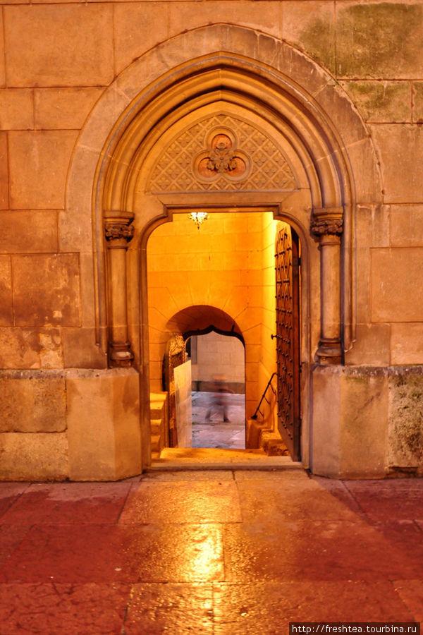 Дверные проемы, формы окон — все выдержано в стиле готикии...