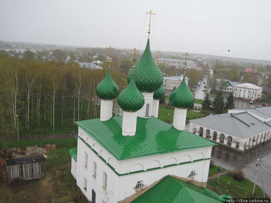 На верхней площадке колокольни. Такой большой Троицкий собор кажется игрушечным