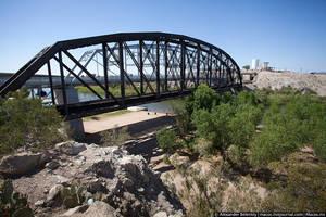 В этой речке под мостом я хотел искупаться, но не нашел дороги.