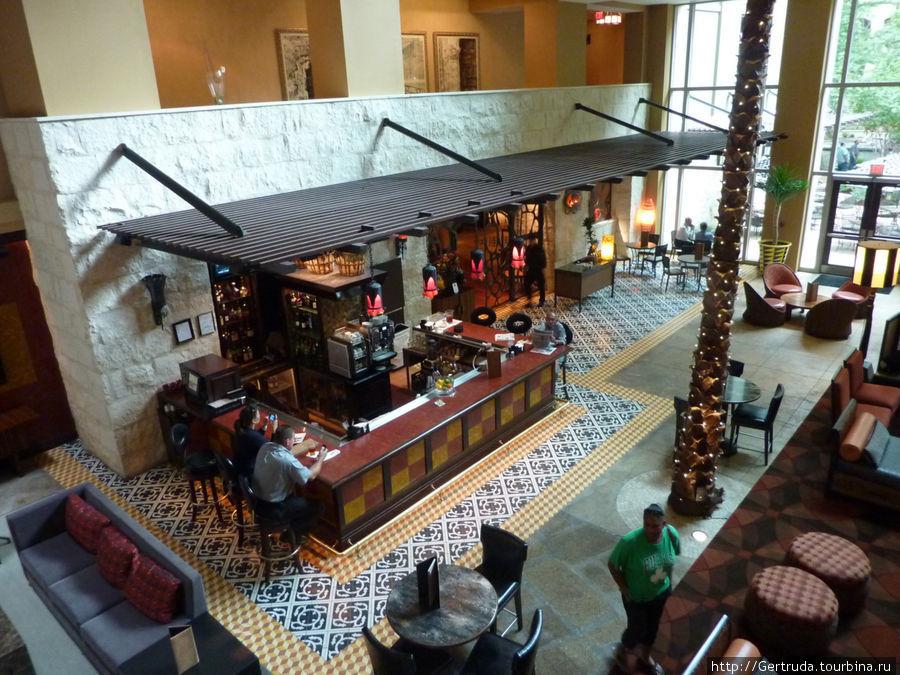Кафе-бар на первом этаже с выходом на набережную Riverwalk