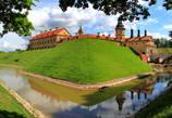 Сейчас замок скорее напоминает дворец. Мощные стены, когда-то окружавшие его, разрушены. Остался ров, в котором, кстати, один из прежних хозяев, Радзивилл Сиротка разводил рыбу...
