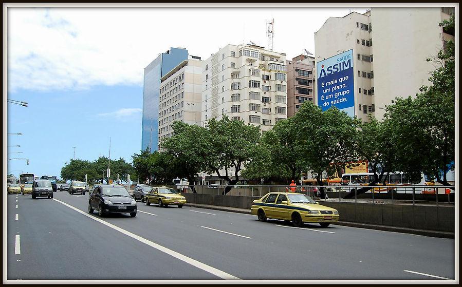 Днем оживает проезжая часть, вечером и ночью пешеходная.  Это и есть начало улицы Princesa Isabel.   Кафе на противоположной стороне.