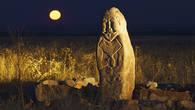 Каменное изваяние воина более тысячи лет стоит на древнетюркском святилище Жайсан в Чуйской долине, держа в руке чашу Жизни испитую до дна.
