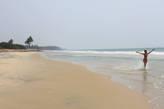 Несмотря на небольшое расстояние от туристического курорта, лишь иногда на этом пляже купаются туристы, чаще здесь нет никого