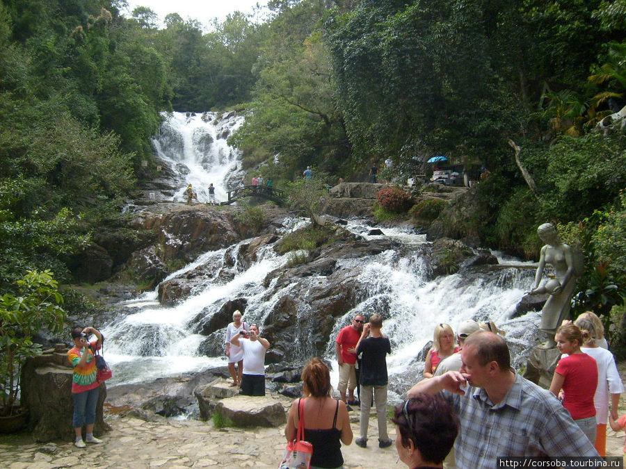 А к этому водопаду мы ехали на американских горках. Очень круто и неожиданно! Дух захватывает!