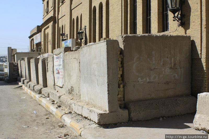Много дорог и зданий в Багдаде обнесены высокими бетонными антитерраристическими ограждениями