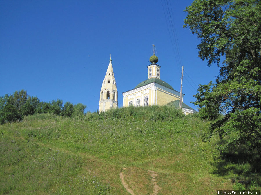 По тропкам-стежкам через зеленый овраг бежим к Троицкой церкви