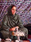 Девушка в традиционном наряде сахарави разливала по традиционным сахарским стаканчикам традиционный сахарский чай, который сахарави традиционно пьют с огромным количеством сахара.