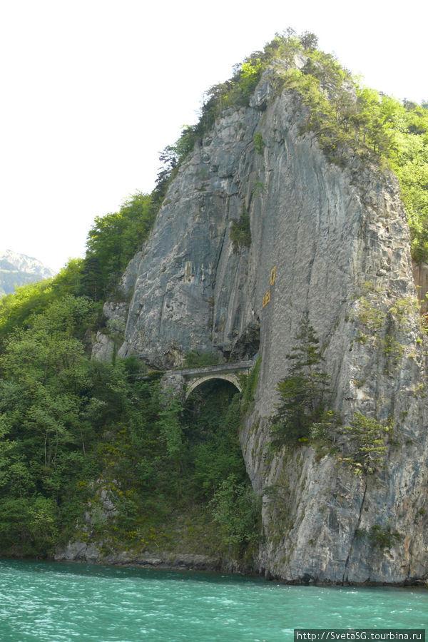 Очередной тоннель в скале.
