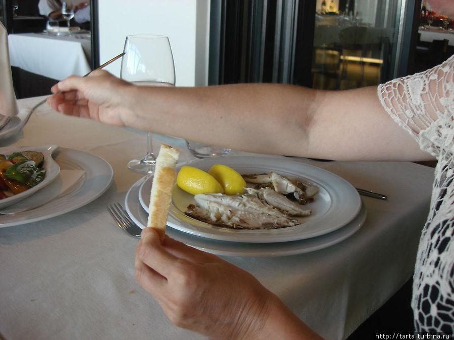Рыбу показали, чтобы я выбрала из чего готовить, но название мне неизвестно (языковой барьер!).