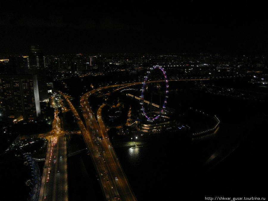 вид с Marina bay sands на  колесо обозрения Singapore Flyer