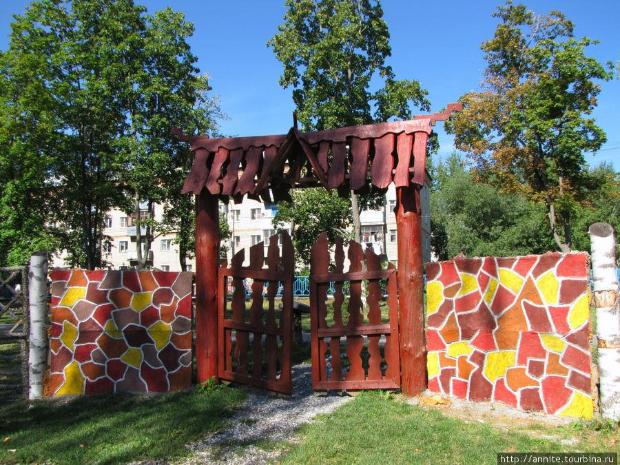 Приоткрытые ворота приглашают заглянуть вовнутрь.