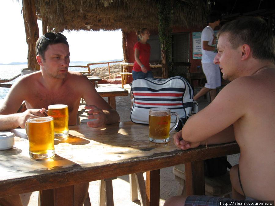 Болтаем и пьём пиво в баре