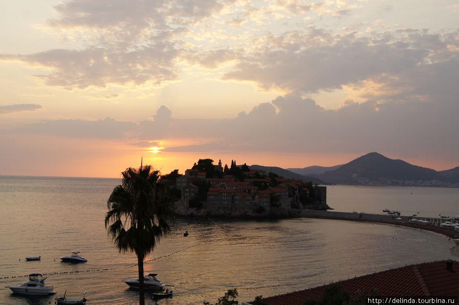 Вид на Свети-Стефан особенно красив при закате