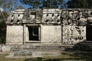 Левая часть фасада структуры II в виде традиционной майянской хижины.