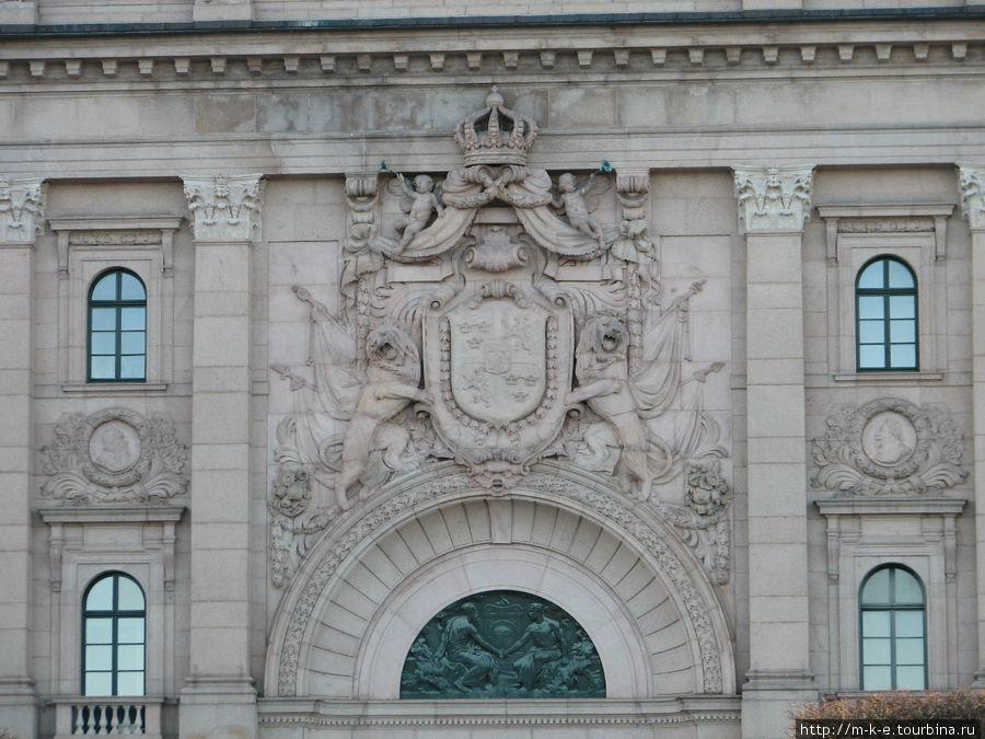 Здание местного парламента и шведского банка (Риксбанк)