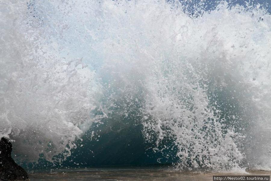 Порту Мониш. Волна у борта бассейна в океане.