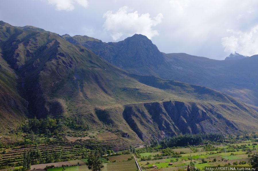 В этом месте на горе были каменоломни,внизу река.