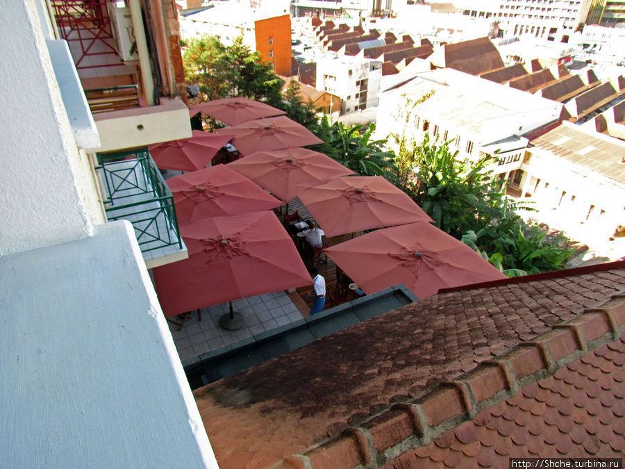 Из окна — открытая веранда ресторана