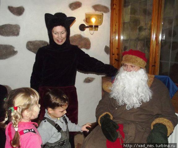 Йоулупукки награждает детей подарками в замке Турку.