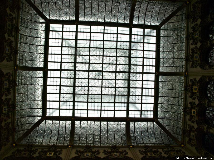 Это прозрачная крыша, дневной свет проникает внутрь