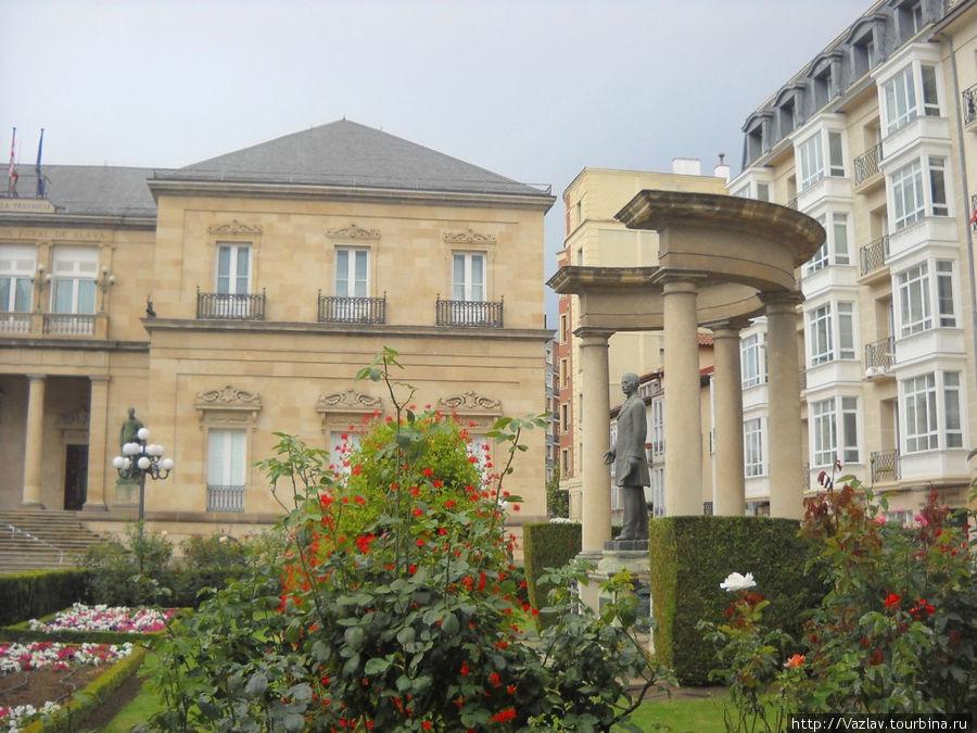 Памятник, сквер и дворец депутатов на заднем плане