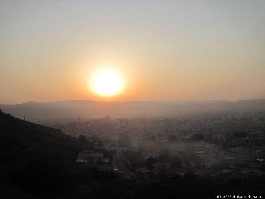 Джайпур, утро восход солнца на холме у храма Ганеши