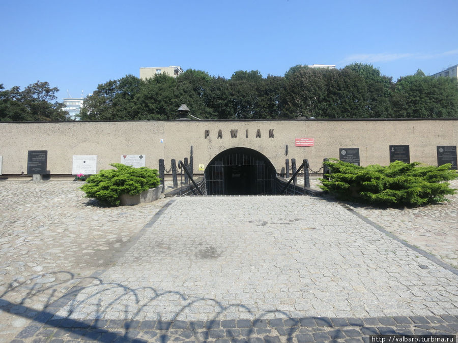 Вход в музей. От тюрьмы остались только подвалы.