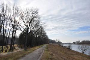 Дорожка для оздоровительных прогулок (терренкур) вдоль левого берега Вага, вдалеке — Колоннадный мост.