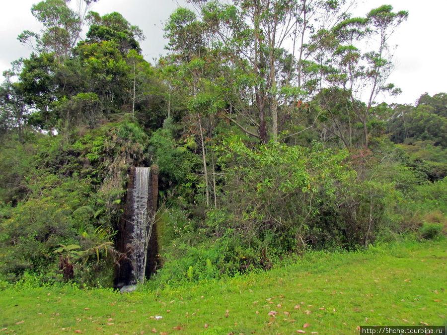 На въезде нас встречает искусственный водопад