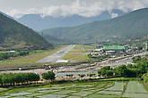 Полоса аэропорта в Паро, является самой сложной в мире, только несколько пилотов имеют сертификаты на взлёт и посадку здесь
