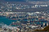 Вид на Новороссийский морской торговый порт, жилые кварталы многоэтажек и частный сектор.