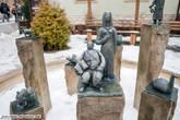 Скульптурная композиция, состоящая из изображений людей и животных- это символы близлежащих скал.