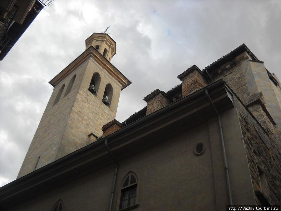 Возле стен церкви