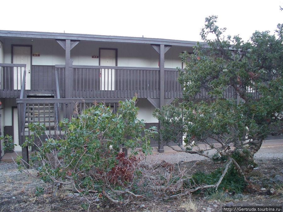 Гостиница состоит из нескольких таких построек.