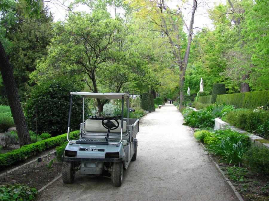 гуляя по саду, можно понаблюдать за работой садоводов-служащих.