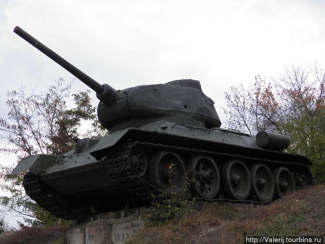 танк Т-34, благодаря которому, по оценкам зарубежных политологов, русские и выиграли войну. А наши отцы и деды — не в счет?