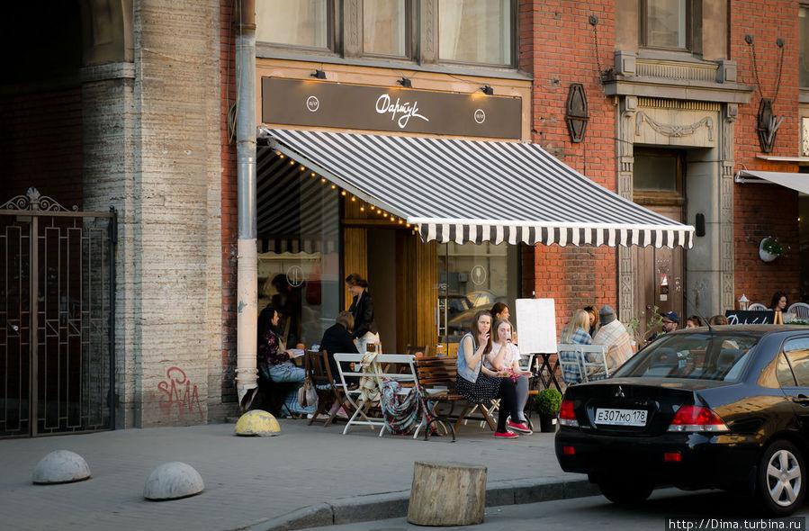 Летом можно посидеть за столиком на улице