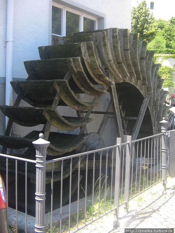 Мельничное колесо. В здании и сейчас находится мельница и хлебопекарня, а это колесо до сих пор работает, правда производительность его низкая! Иногда даже из того, что оно там на мелет пекут хлеб.
